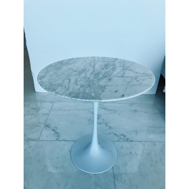 Iconic Mid-Century Modern Tulip Side Table in Carrara Marble For Sale - Image 10 of 13