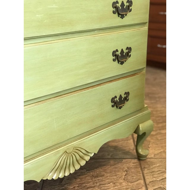 1960s Vintage Queen Anne Coastal Farmhouse Chest of Drawers For Sale - Image 10 of 13