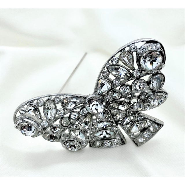 Art Deco 1940s Rhodium-Plated Clear Faceted Stone Bow Brooch For Sale - Image 3 of 8