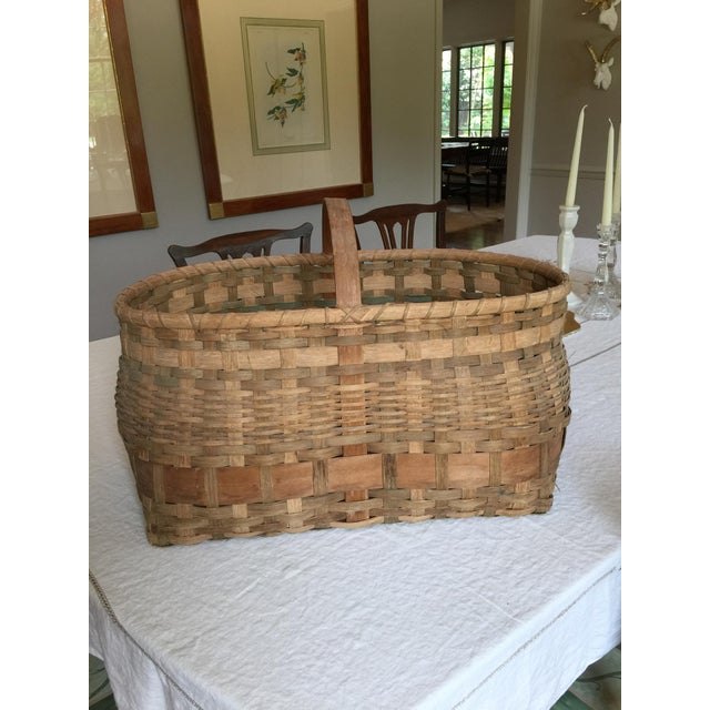 Large antique wicker basket with handle. It is in great condition with no apparent defects.