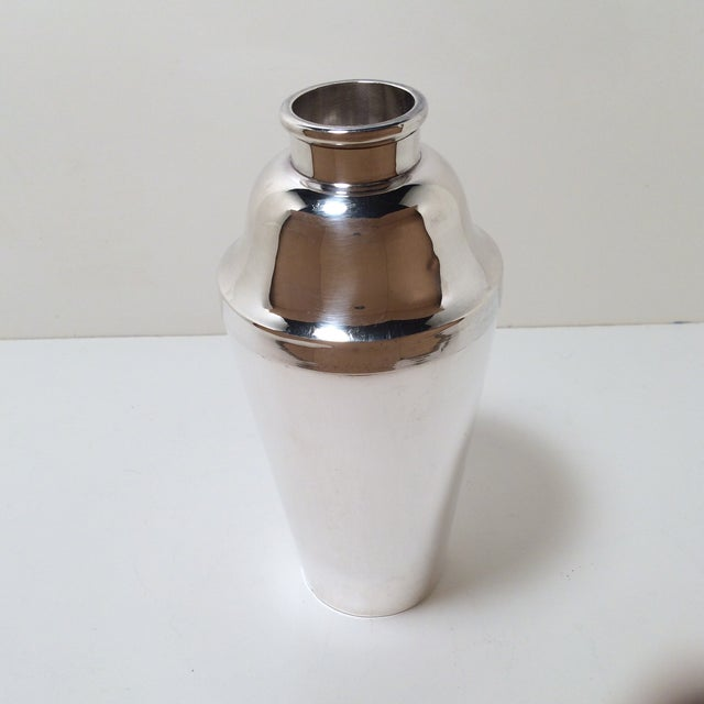 English Traditional Cross Arrow Silver Plated Lift & Pour Cocktail Shaker For Sale - Image 3 of 12