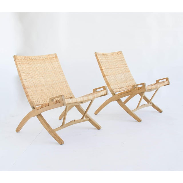 Danish Modern Pair of Oak and Cane Folding Lounge Chairs by Hans Wegner for PP Møbler For Sale - Image 3 of 11