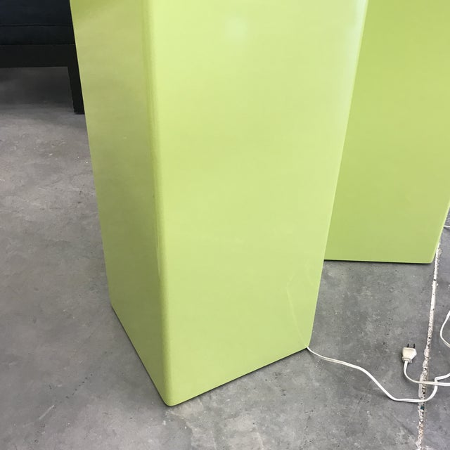 beautiful green pedestals that can be lighted up,the top of each pedestal swivel easily on itself,the pedestals are in...