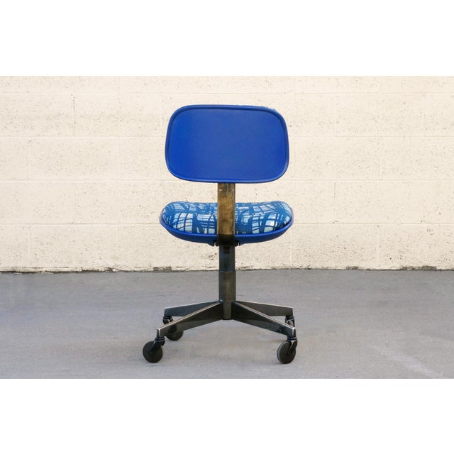 Good looking vintage task chair by Steelcase. Features blue bucket seat, chrome base and new abstract style blue woven...