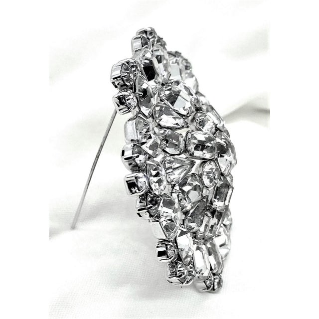 1950s Rhodium-Plated Faceted Glass Stone Brooch For Sale - Image 4 of 10