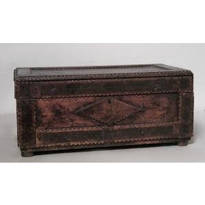 Americana American Country style Tramp Art large rectangular shaped wood box with two bottom drawers and scalloped design (19/20th Cent) For Sale - Image 3 of 3