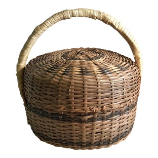 20th Century Country Wicker Lidded and Handled Round Basket For Sale