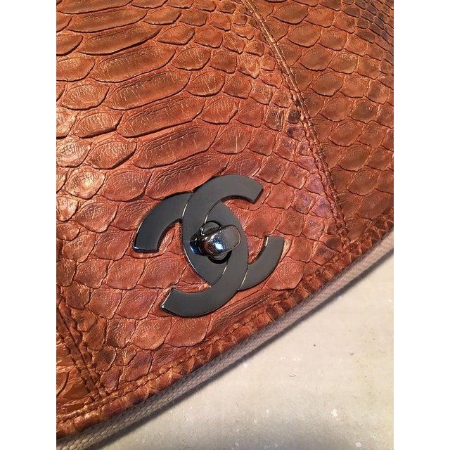 Chanel Chanel Beige Canvas and Tan Copper Snakeskin Flap Shoulder Bag For Sale - Image 4 of 8