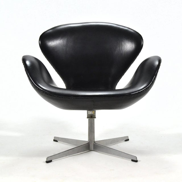 Mid-Century Modern Arne Jacobsen Swan Chair in Black Leather by Fritz Hansen For Sale - Image 3 of 8