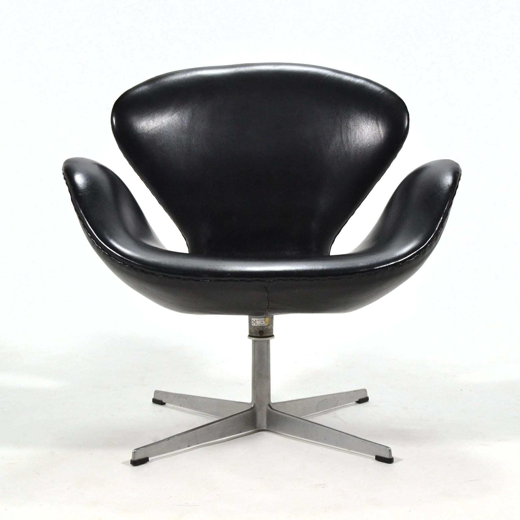 Superbe Mid Century Modern Arne Jacobsen Swan Chair In Black Leather By Fritz  Hansen For Sale