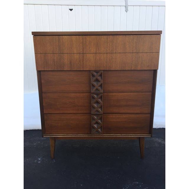 This mid-century Bassett chest of drawers is perfect for an apartment or addition to your bedroom. Features a gunstock...