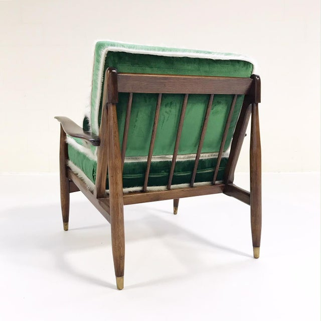 1960s Vintage Walnut Lounge Chair Attributed to Finn Juhl Restored in Schumacher's Emerald Green Silk Velvet and Brazilian Cowhide For Sale - Image 5 of 10