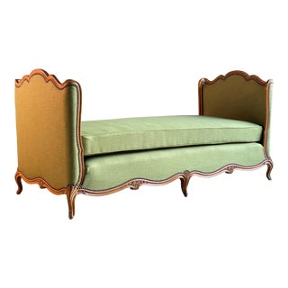 French Daybed Lit de Jour Louis XV Style Walnut 19th Century, circa 1890 For Sale