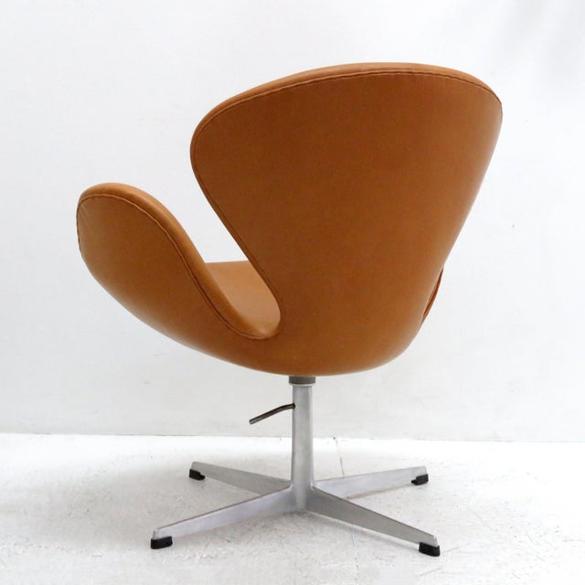 1960s Arne Jacobsen Model 3320 Brown Leather Swan Chair For Sale - Image 5 of 13