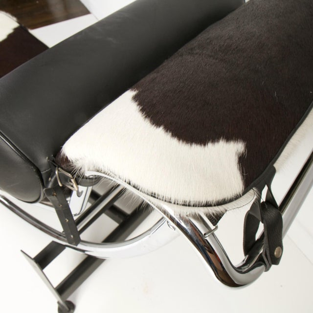 Le Corbusier Style Lc4 Cowhide and Leather Chaise Lounge For Sale In New York - Image 6 of 10