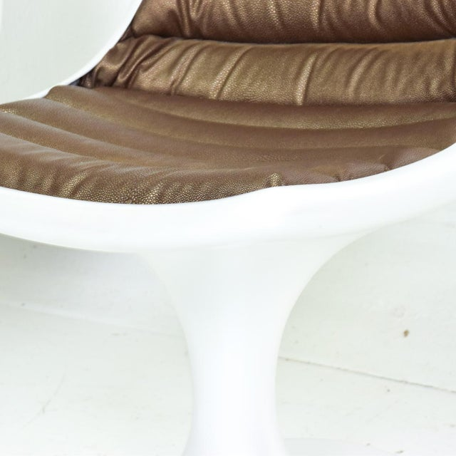 White Sculptural Atomic Mid Century Modern Pair of Side Chairs in Fiberglass For Sale - Image 8 of 10