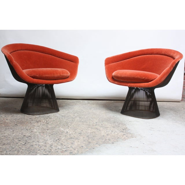 1960s Pair of Warren Platner for Knoll Bronze and Mohair Lounge Chairs With Side Table For Sale - Image 5 of 13