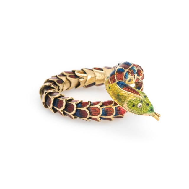 Distinct & stylish vintage snake ring (circa 1960s to 1970s), crafted in 18 karat yellow gold. The snake features lifelike...