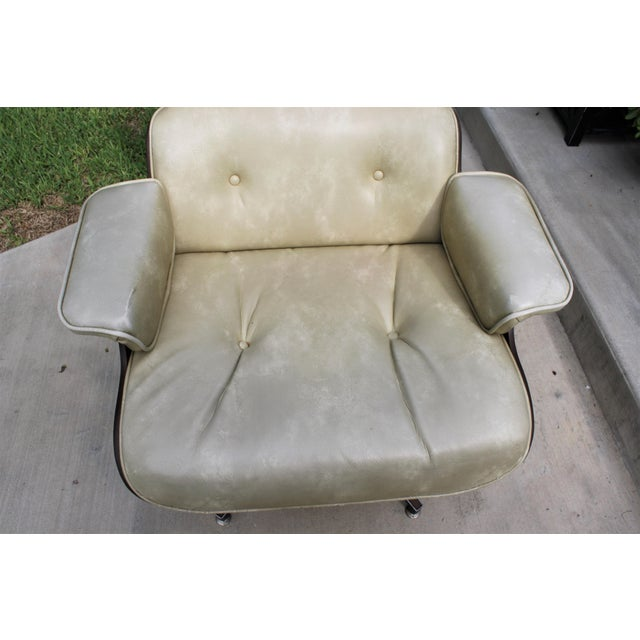 Mid-Century Modern Eames-Style Naugahyde Upholstered Walnut Laminated Lounge Chair and Ottoman For Sale - Image 9 of 13