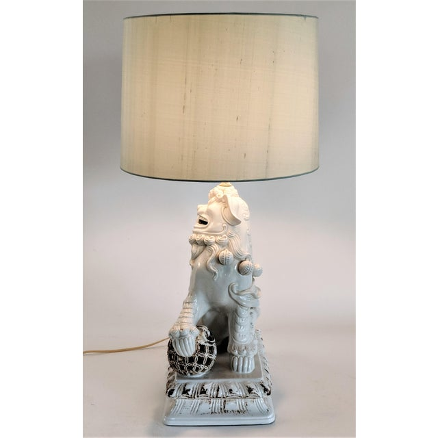 1960s Asian Ceramic Foo Dog Table Lamp For Sale - Image 5 of 13