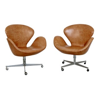 Mid Century Modern Arne Jacobsen Frtiz Hansen Pair Swivel Leather Swan Chairs