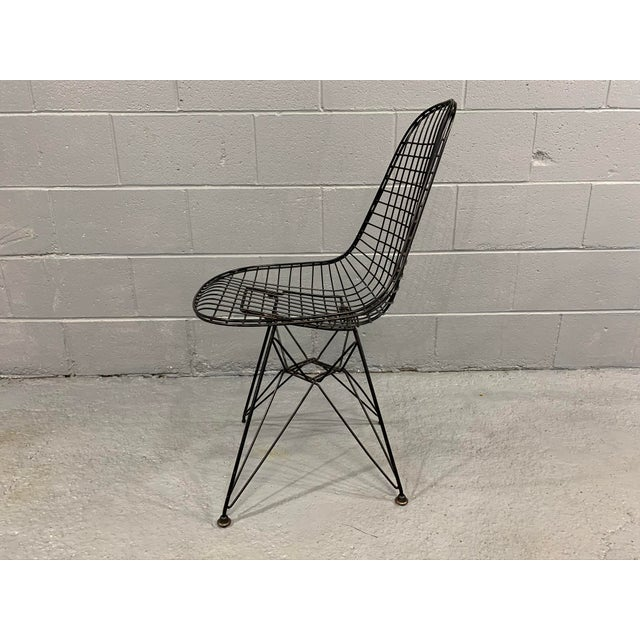 1950s Charles Eames Wire Eiffel DKR Chair in Black Coated Metal For Sale - Image 5 of 10
