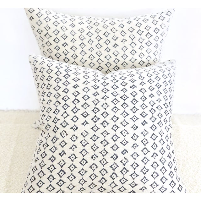 Peter Dunham Kumbh Linen in Indigo/Natural Decorative Pillows - Pair For Sale - Image 4 of 5