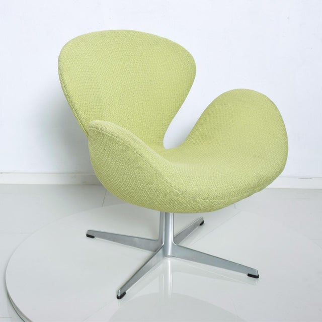 Mid Century Modern Original Iconic Swan Chairs Arne Jacobsen for Fritz Hansen For Sale - Image 9 of 11