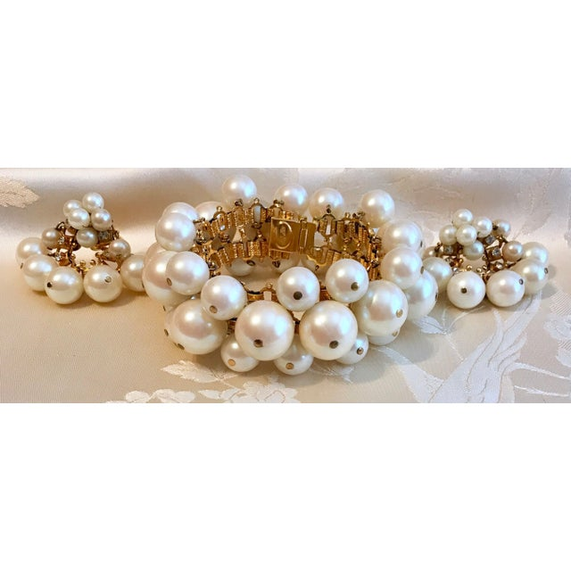 1960s William deLillo Faux-Pearl Bracelet and Earrings For Sale - Image 4 of 6