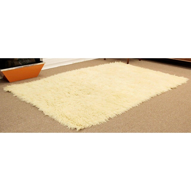 1970s Mid-Century Modern White Flokati Shag Hand Woven Wool Area Rug - 5′5″ × 8′10″ For Sale - Image 4 of 6
