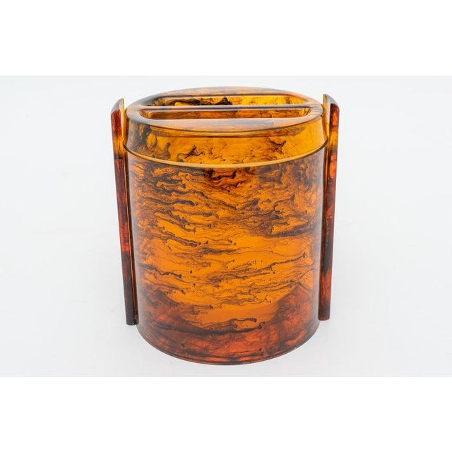 Brown Faux Tortoise Shell, Marbleized Lucite Ice Bucket With Tongs From 1970s Italy For Sale - Image 8 of 13