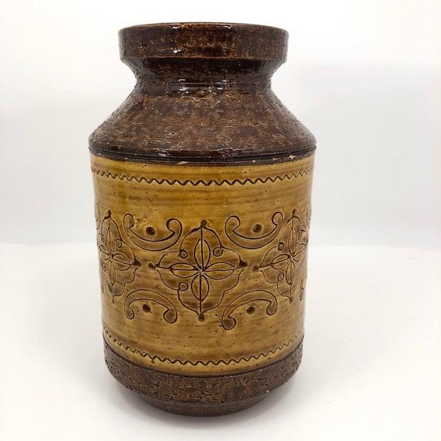 "Italian Aldo Londi for Bitossi Mid-Century ""Spagnolo"" Brown and Mustard Vase For Sale - Image 3 of 13"