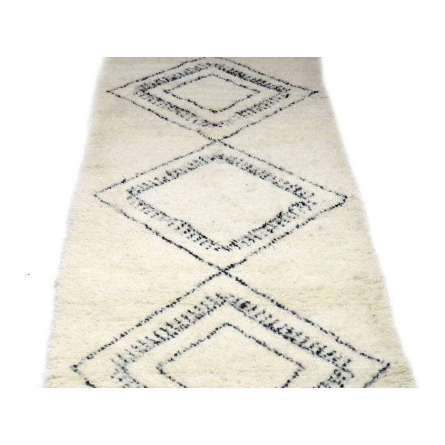 Moroccan Beni Ourain Runner Rug - 2′9″ × 10′7″ For Sale In Los Angeles - Image 6 of 9