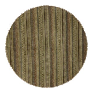 Round Rug with Stripes and Traditional Modern Style For Sale