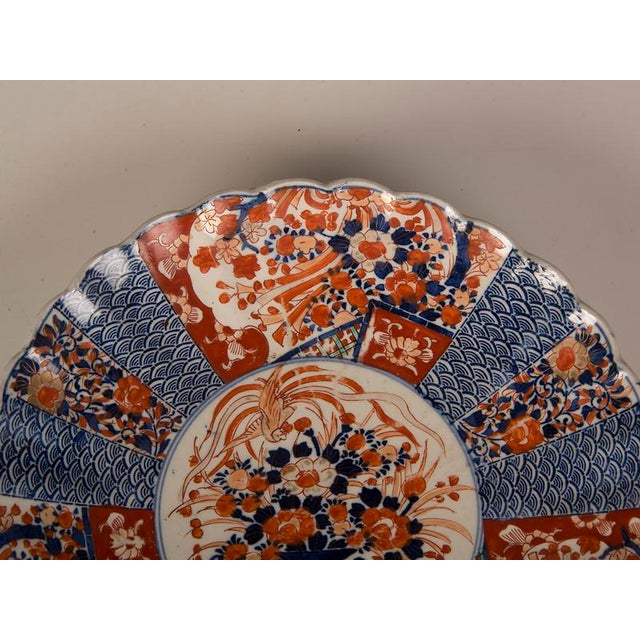 Late 19th Century A large Imari platter with a scalloped rim imported from Japan c. 1885 into France For Sale - Image 5 of 7