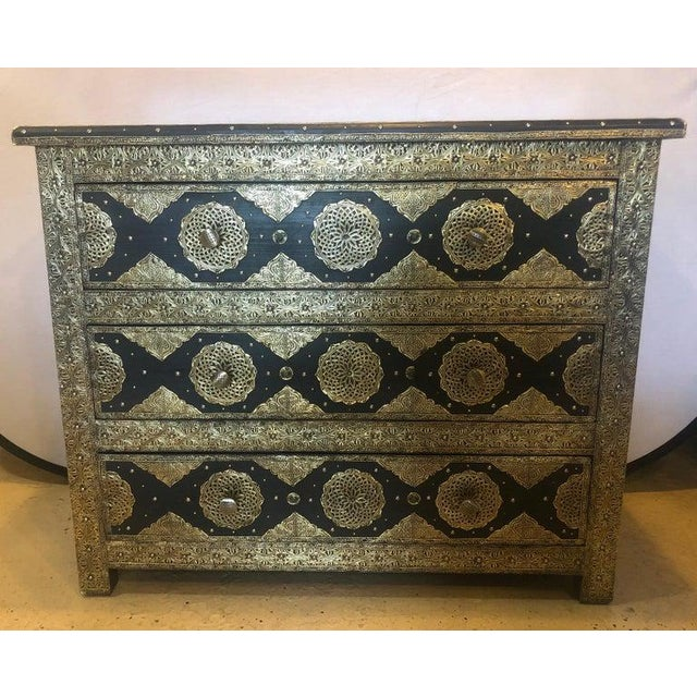 1970s Pair Brass & Ebony Hollywood Regency Style Moroccan Commodes, Chests Nightstands For Sale - Image 5 of 13