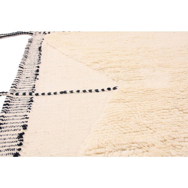 Moroccan White and Black Wool Rug With Pile - 9′7″ × 13′6″ For Sale In New York - Image 6 of 7