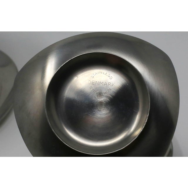 1960s Vintage MCM Danish Stainless Steel Triangle Footed Bowls With Large Serving Bowl - Set of 5 For Sale - Image 5 of 10