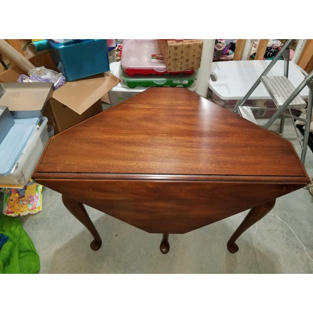 Henkel Harris 1980s Queen Anne Henkel Harris Drop Side Mahogany Corner Table For Sale - Image 4 of 9