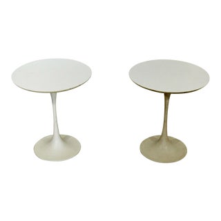 Mid Century Modern Pair of Early Saarinen Knoll White Tulip Side End Tables 60s For Sale