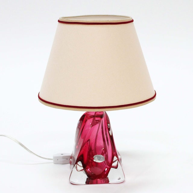 A stunning piece from the Belgian glass manufacturer Val St Lambert. 'Twisted' glass in a triangular shape table lamp with...