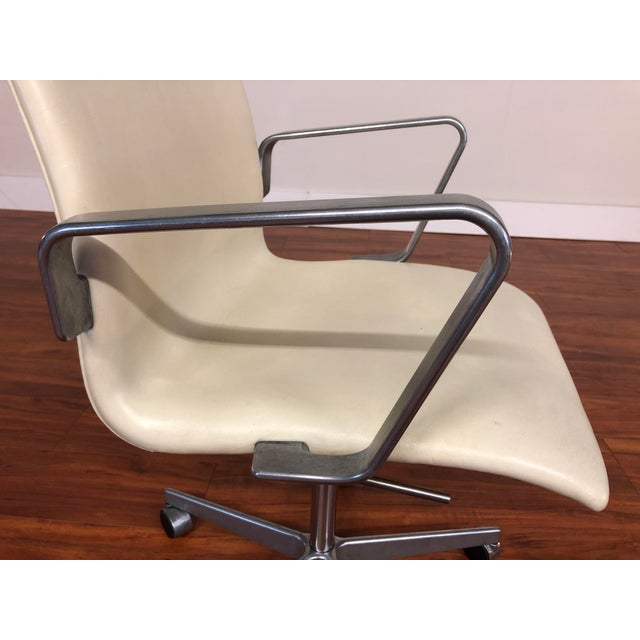 White Authentic Arne Jacobsen for Fritz Hansen Oxford Rolling Office Chair in White Leather For Sale - Image 8 of 13