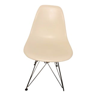Eames Molded Plastic Wire-Base Side Chair For Sale