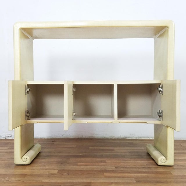 Stunning Raffia Cream Lacquer sofa console table in excellent Condition, after Harrison Van Horn and Karl Srpinger, In...