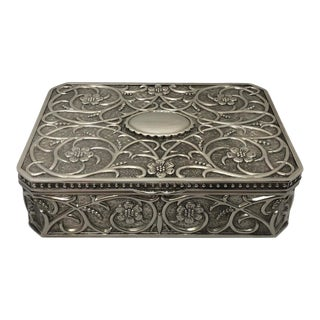 1980s English Traditional Silverplate Repoussé Jewelry Box For Sale