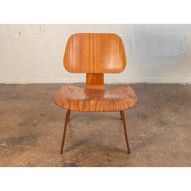 Stunning molded plywood ash LCW by Charles and Ray Eames for Herman Miller. Our 1950s example adorns a distinctive wood...