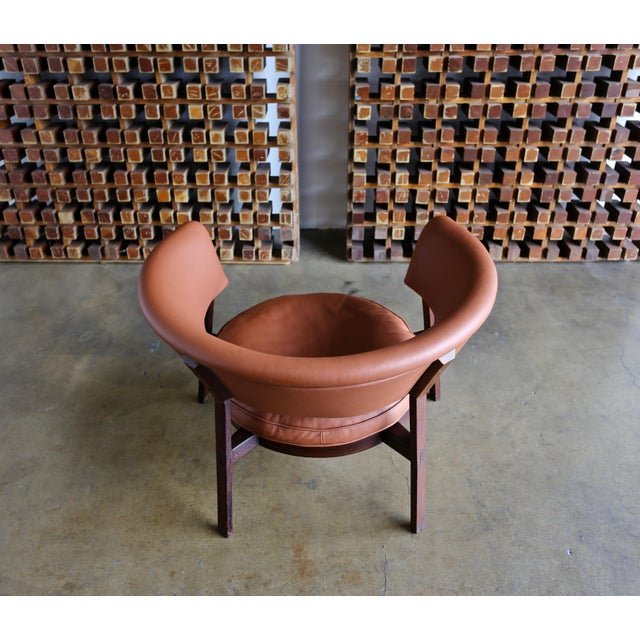 Rare Eugenio Gerli P28 lounge chair for Tecno Italy, circa 1958. Leather with a tiger wood frame.