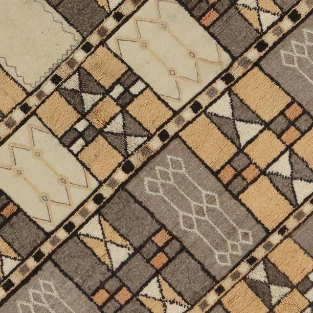 Jebel Siroua Moroccan Rug in Soft Neutral Colors in Mid-Century Modern Style For Sale - Image 5 of 7