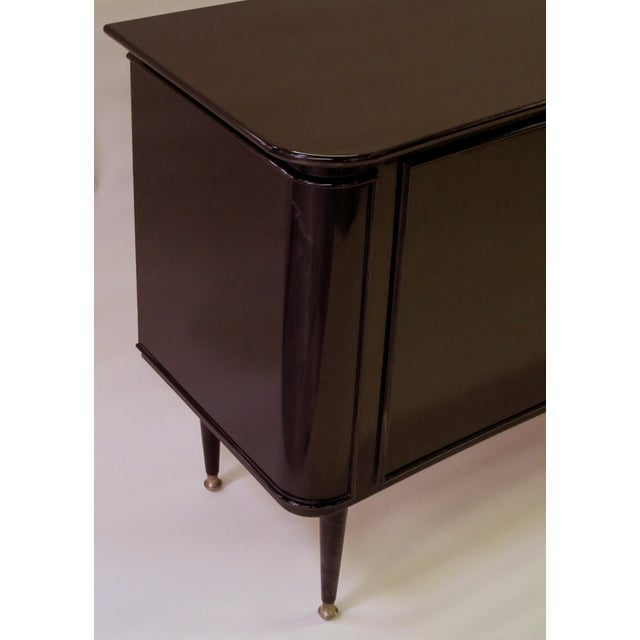 1950s A sleek and stylish Italian mid-century deep brown lacquered incurved sideboard For Sale - Image 5 of 5
