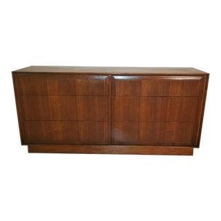 1960s Vintage Dillingham Mid Century Modern 6 Drawer Walnut Dresser For Sale